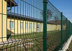 Recintha-NL-wire-fence-in a school yard